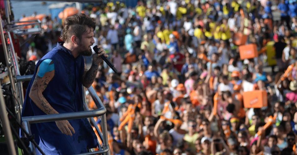 5.fev.2016 - Saulo Fernandes agita os foliões no circuito Barra-Ondina em Salvador