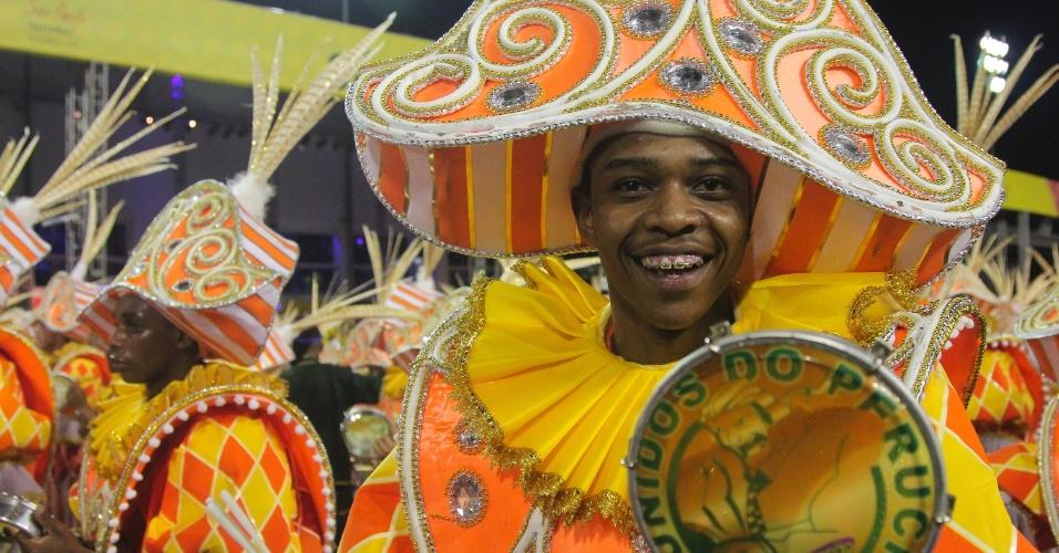 6.fev.2016 - Integrantes da bateria da Unidos do Peruche, que fez desfile lembrando os cem anos do samba