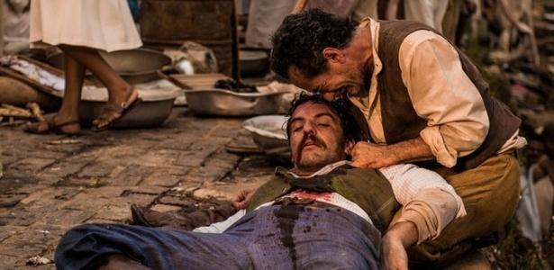 """Belmiro (Chico Diaz) chora a morte do capitão Ernesto Rosa (Rodrigo Lombardi) em """"Velho Chico"""" - Reprodução/""""Velho Chico""""/GShow"""