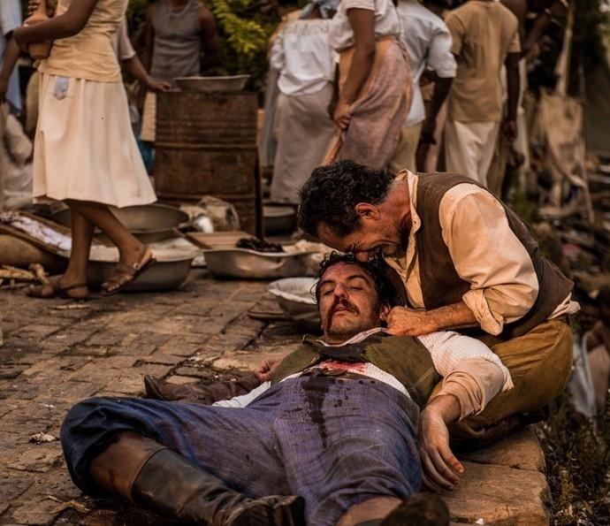 Belmiro (Chico Diaz) chora a morte do capitão Ernesto Rosa (Rodrigo Lombardi) em