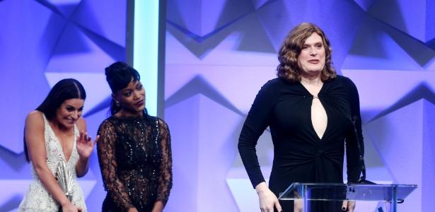 """Lilly Wachowski, antes conhecida como Andy, sobe ao palco do GLAAD Awards após receber o prêmio de melhor série dramática por """"Sense8"""" - Frederick M. Brown/Getty Images"""