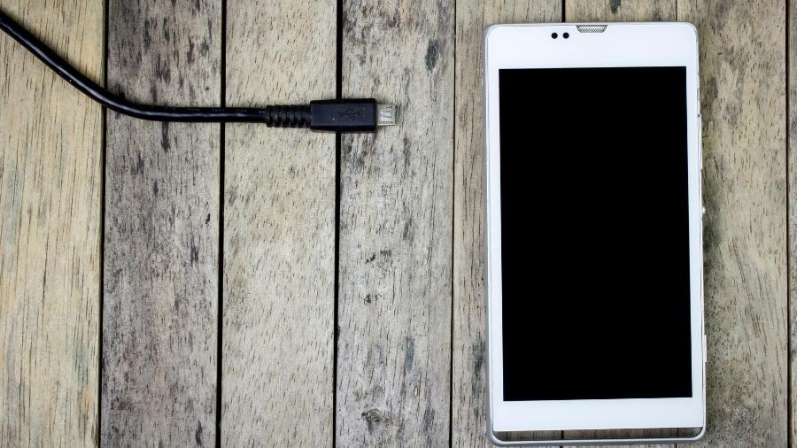 f69a8205c19 É melhor zerar a bateria do celular e carregar até 100%? Não é bem ...