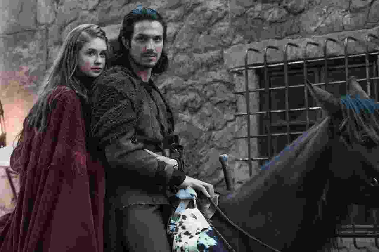 """Amália (Marina Ruy Barbosa) e Afonso (Rômulo Estrela) em """"Deus Salve o Rei"""" - Fotos de divulgação"""