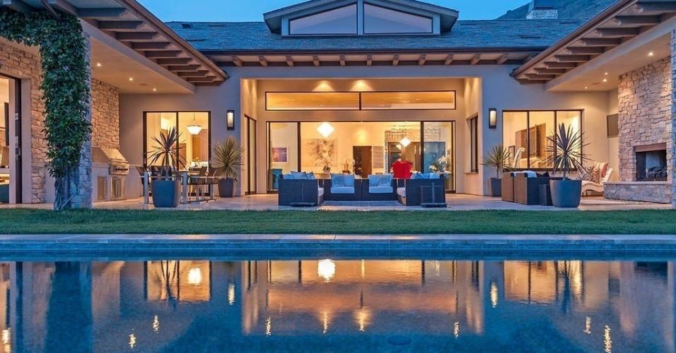 Britney Spears escolheu esta super luxuosa Villa em Malibu como destino no último final de semana de Valentine?s Day, o Dia dos Namorados americano. Com uma bela vista do Pacífico e uma piscina de borda infinita, não faltou lugar para se divertir em família. https://www.airbnb.com.br/rooms/6693879