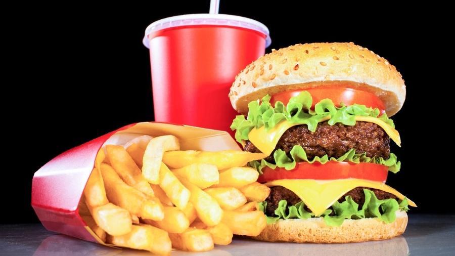 Quem aqui nunca tratou a comida gordurosa como forma de alento para o estresse que atire a primeira pedra... - iStock