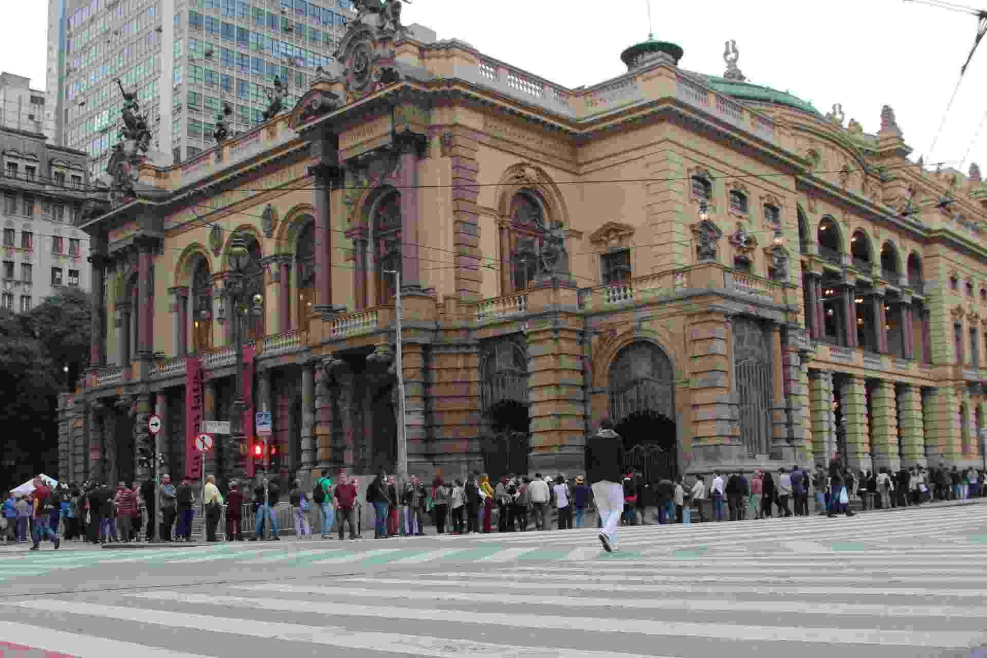 Público chega ao Teatro Municipal de São Paulo neste sábado (19) para assistir a Ópera La Traviata, que abre a programação da Virada Cultural - Henrique Barreto/Futura Press