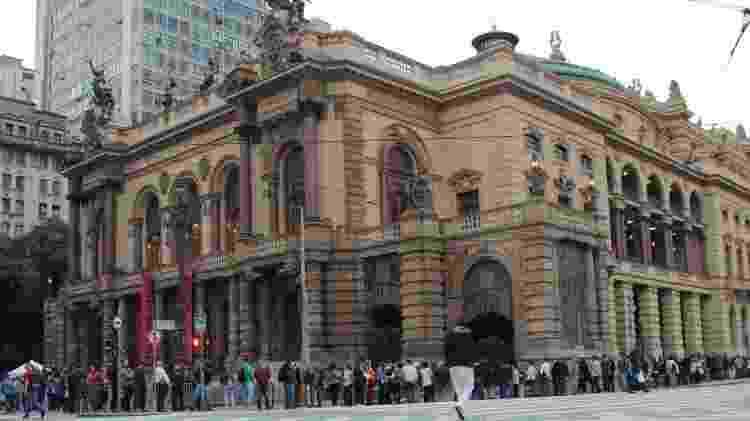Público chega ao Teatro Municipal de São Paulo neste sábado (19) para assistir a Ópera La Traviata, que abre a programação da Virada Cultural - Henrique Barreto/Futura Press - Henrique Barreto/Futura Press