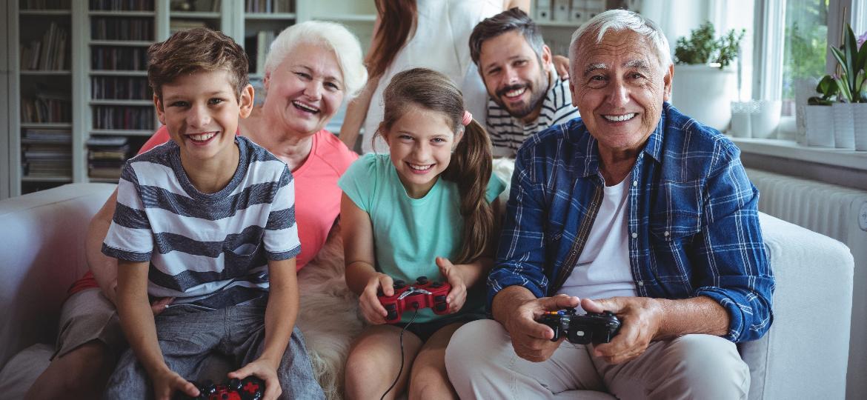Família reunida para mais uma sessão cheia de diversão e games! - Getty Images/iStockphoto