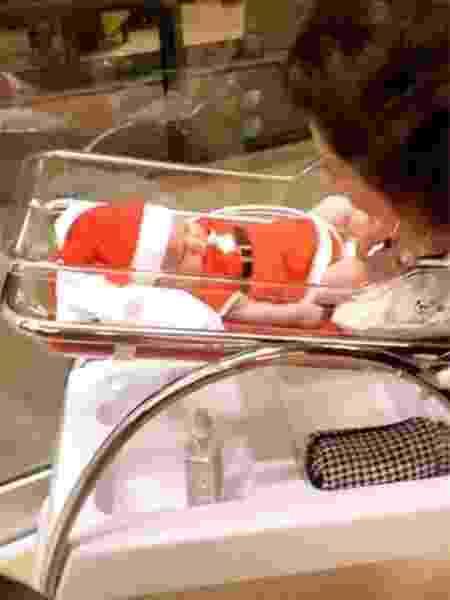 Zoe, filha de Sabrina Sato e Duda Nagle, usa roupinha de Mamãe Noel em seu primeiro natal - Reprodução/Instagram