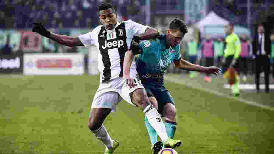 Alex Sandro disputa bola na partida contra a Atalanta  - Marco BERTORELLO / AFP