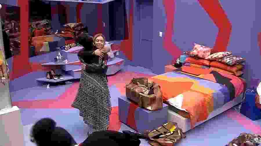 Gabriela e Paula se abraçam no quarto Diamante - Reprodução/GloboPlay