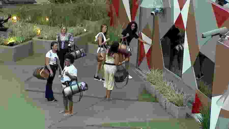 Familiares dos brothers deixam o confinamento no fim da tarde - Reprodução/GloboPlay