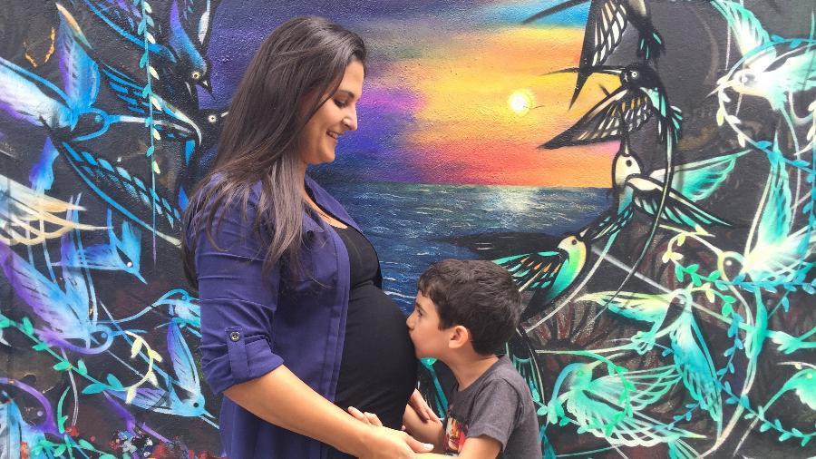 A gerente de marketing de produto Camila Rocca, 38, começou a trabalhar no Facebook com 38 semanas de gestação - Arquivo Pessoal