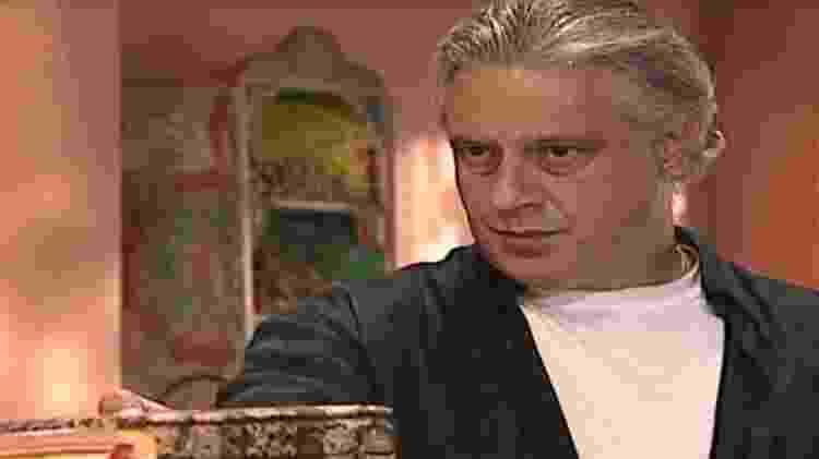 Atílio tenta obrigar Helena a ler seu diário - Reprodução/Globo - Reprodução/Globo