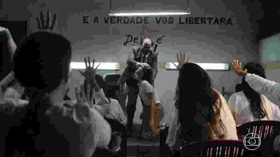 """Pastor Emanuel (Claudio Mendes) pratica """"sessão de descarrego"""" em Josiane (Agatha Moreira) em A Dona do Pedaço - Reprodução/TV Globo"""