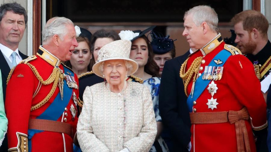 O príncipe Charles encara o príncipe Andrew com a rainha Elizabeth no centro - Max Mumby/Indigo/Getty Images