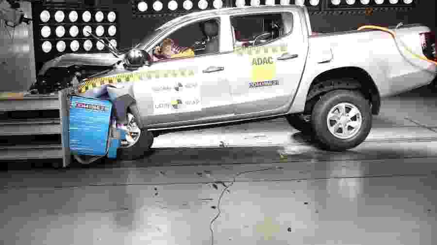 Teste de colisão do Mitsubishi L200 - Divulgação