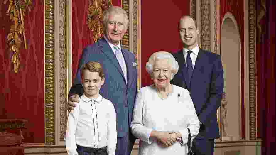 A rainha Elizabeth 2ª posa junto do filho mais velho, o príncipe Charles, o neto William e o bisneto George - AFP PHOTO/BUCKINGHAM PALACE/RANALD MACKECHNIE