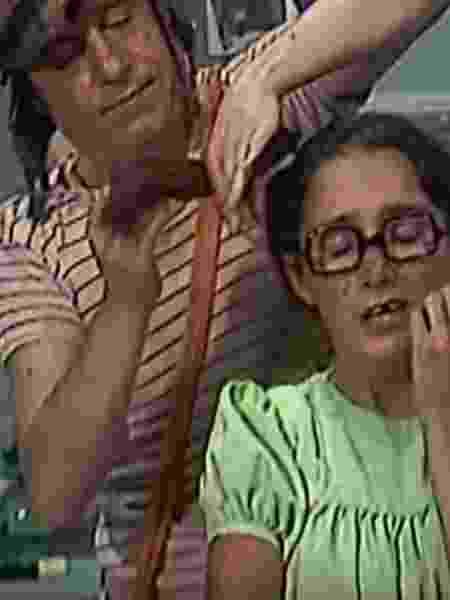 Cena em que Chaves corta os cabelos de Chiquinha - Reprodução/TV