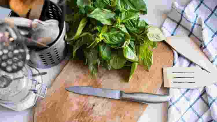 Nada melhor do que cozinhar com o manjericão colhido em seu próprio jardim - Getty Images/iStockphoto