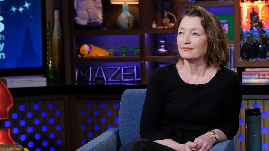 "Lesley Manville participa do programa ""Watch What Happens Live"", em fevereiro de 2020 - NBCU Photo Bank via Getty Images"