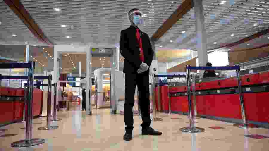Segurança apresenta proteção contra coronavírus na entrada de embarque do aeroporto Charles De Gaulle - Getty Images