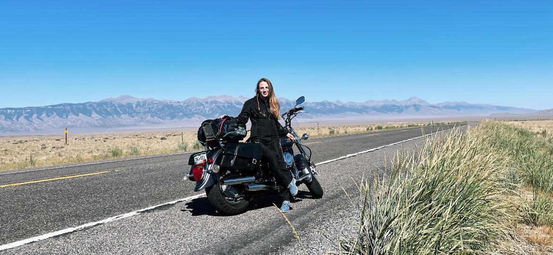Letícia, sozinha na estrada: brasileira aprendeu a dirigir para viajar - Arquivo pessoal