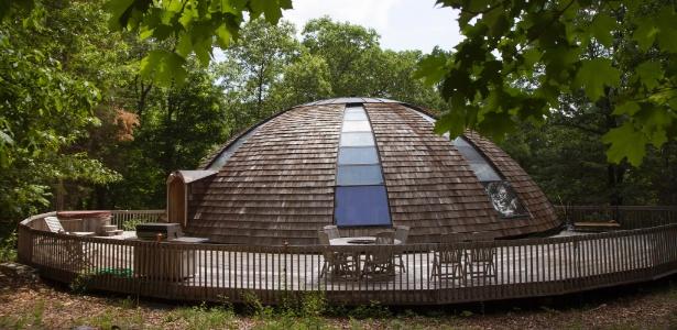 A casa-cúpula nos EUA é formada por vigas curvas e gira com um pequeno motor - Emma Tannenbaum/ The New York Times