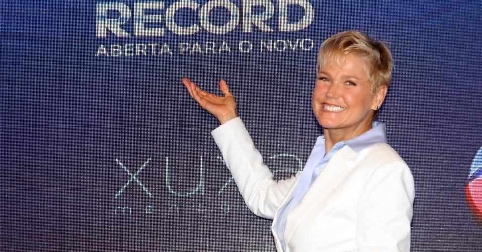 11.ag.2015 - Xuxa posa para os fotógrafos durante a coletiva de imprensa de seu novo programa, que estreia dia 17 de agosto.
