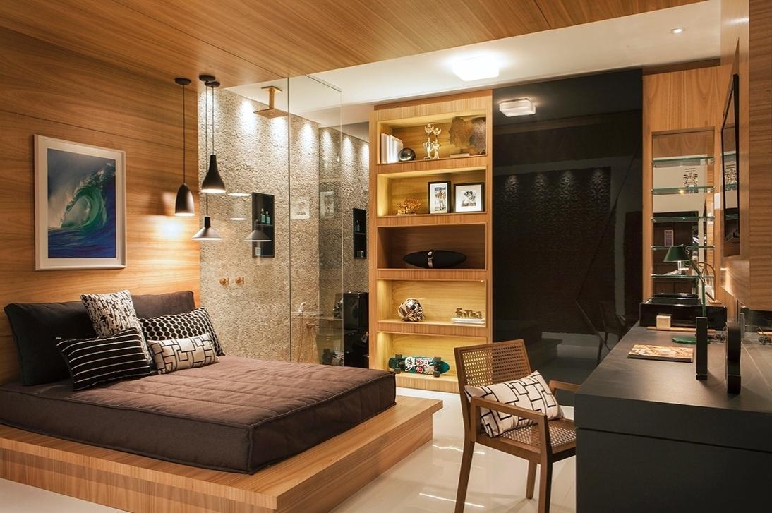 Na cama do quarto - Que tal uma marcenaria que recebe a cama, forma a cabeceira e se estende até o teto? A peça de grandes dimensões