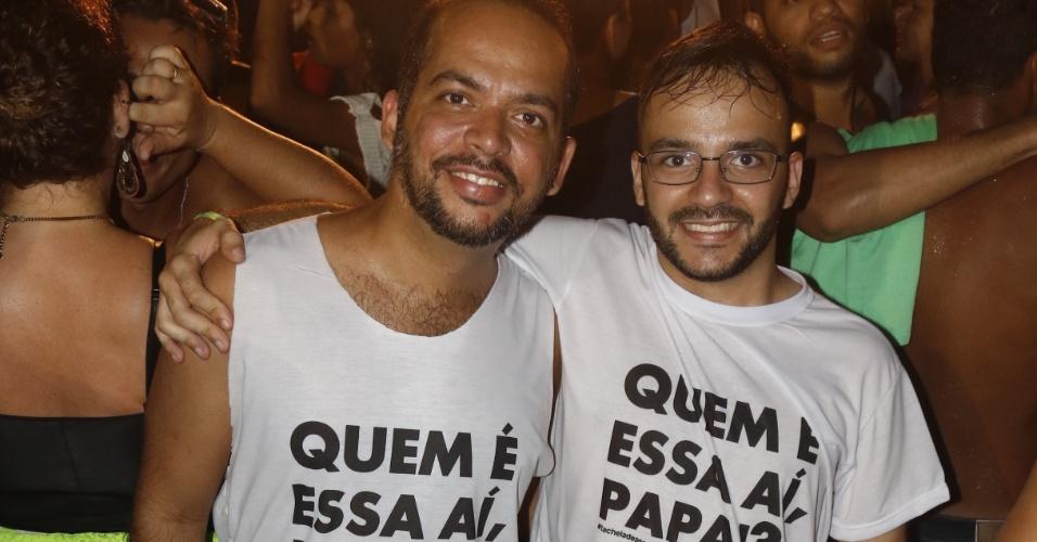 """16.jan.2016 - Fãs usam camiseta com a frase """"Quem é essa aí, papai?"""" no show de Ivete Sangalo na Praia do Forte (BA) neste sábado"""