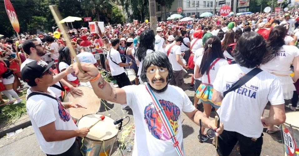 30.jan.2016 - Homenageando a banda inglesa The Beatles, o bloco Sargento Pimenta toca clássicos do grupo em ritmo de marchinha durante seu desfile na Av. Tiradentes, no centro de São Paulo.