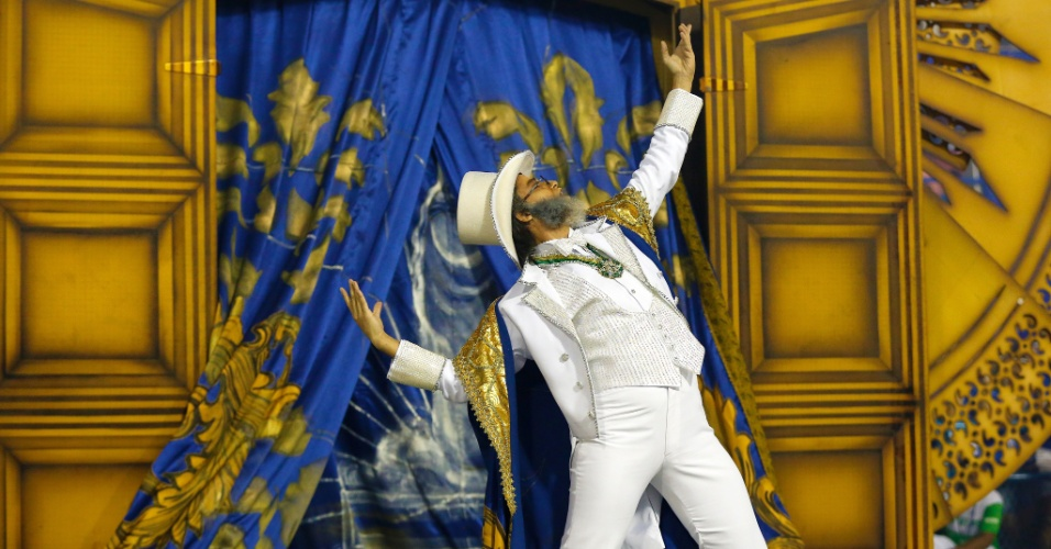 8.fev.2016 - O desfile da Beija-Flor também traz a biografia do Marquês de Sapucaí. Neste setor, é enfocada a sua formação acadêmica