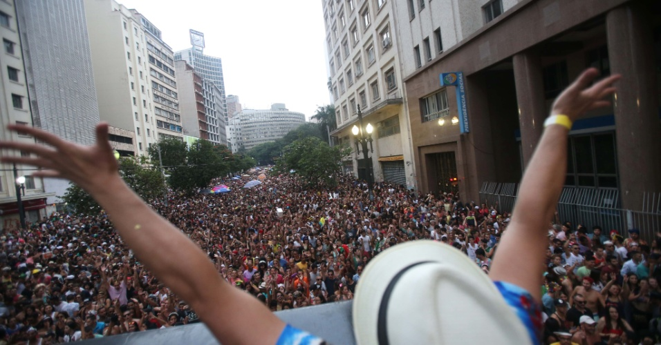 7.fev.2016 - O Bloco Desmanche atraiu uma multidão de foliões que lotaram a Rua Xavier de Toledo, região central de São Paulo