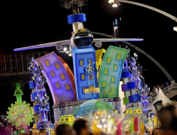 8.fev.2016 - Elementos da natureza e tecnologia são retratados no desfile da Colorado do Brás