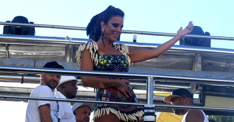 8.fev.2016 - Em seu terceiro dia no Carnaval de Salvador, Ivete Sangalo aposta em figurino colorido com referências à África durante desfile no circuito Barra-Ondina
