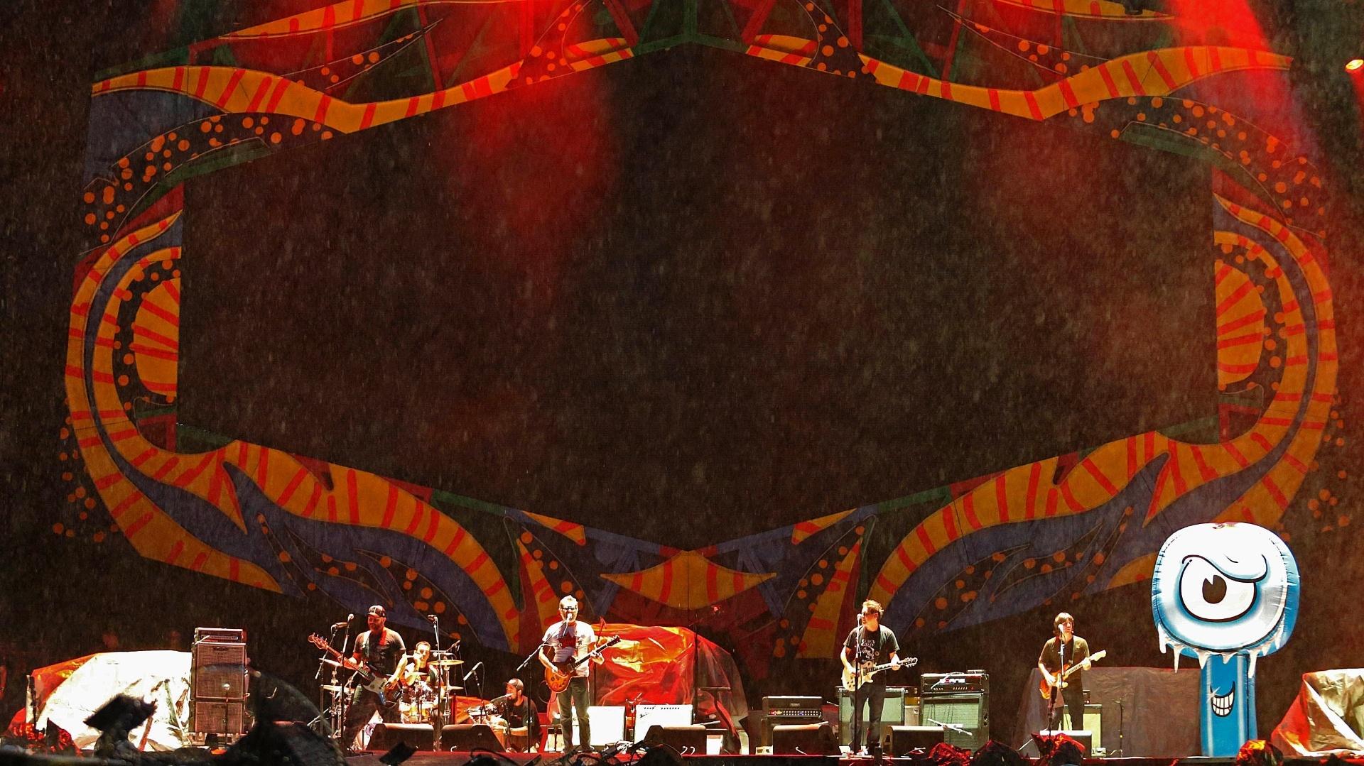 20.fev.2016 - A banda Ultraje a Rigor foi responsável por abrir o show dos Rolling Stones no Rio de Janeiro, porém, viu o público afastado por causa da chuva que caía na cidade