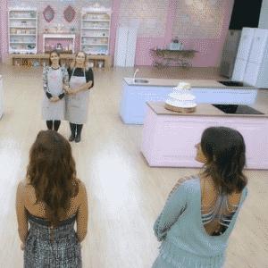 27.ago.2016 - No último episódio, os três finalistas tiveram que preparar o famoso bolo Marta Rocha e tiveram o apoio dos colegas que já tinham sido eliminados - Reprodução/SBT.com.br