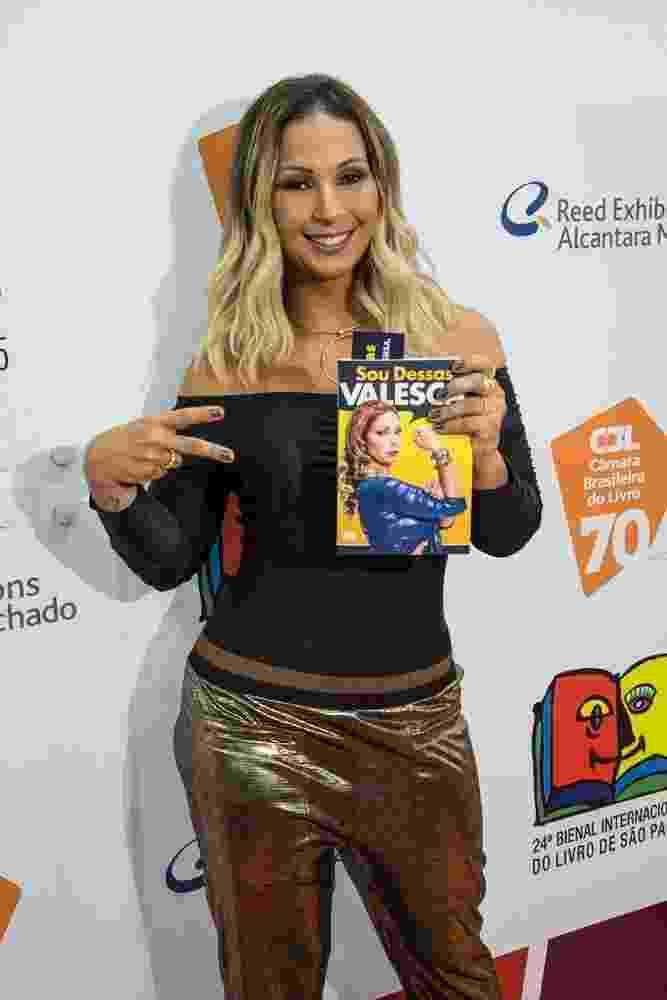 """26.ago.2016 - A cantora Valesca Popozuda lança livro """"Sou Dessas"""" na Bienal do Livro em São Paulo. Encontro vai até o dia 4 de setembro na zona norte da capital - Divulgação"""