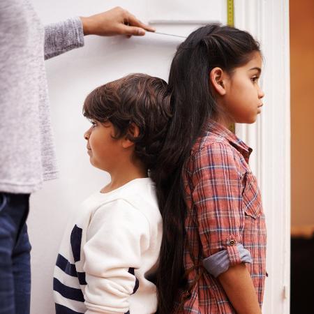 A baixa estatura pode ser herança genética ou representar problema de crescimento - Getty Images