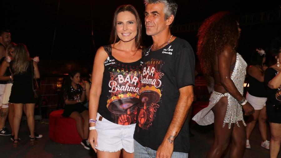 Laura Muller e o namorado, o artista plástico Marcus Faria, curtem camarote no Carnaval de São Paulo neste sábado (25) - Deividi Correa/AgNews