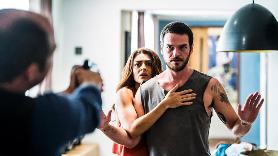 """A polícia encontra Bibi (Juliana Paes) e Rubinho (Emilio Dantas) no apartamento em """"A Força do Querer"""" - João Miguel Júnior/TV Globo"""