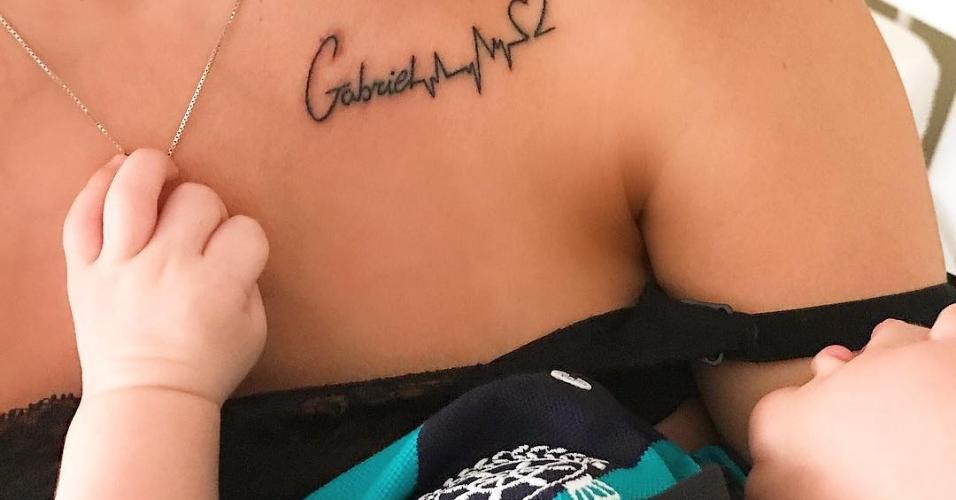 Andressa Suita tatua o nome do filho na pele