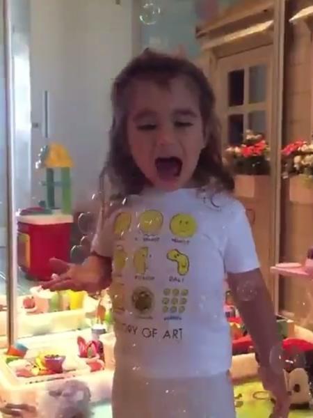 Maria Flor, filha de Deborah Secco, se diverte com bolhas de sabão - Reprodução/Instagram/dedesecco