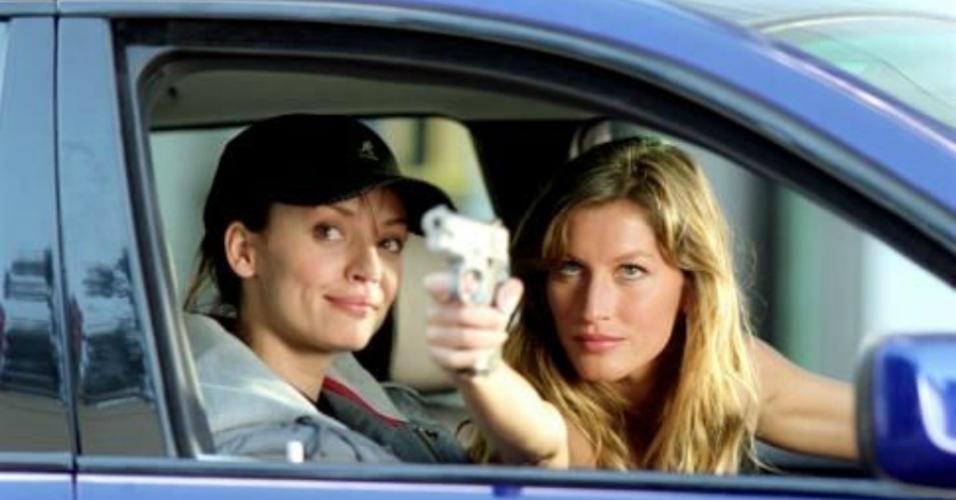"""Ana Cristina de Oliveira e Gisele Bündchen em cena em """"Táxi"""" (2004)"""