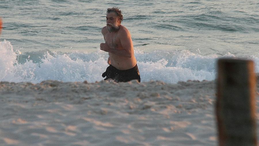 Fábio Assunção, é você? Ator se refresca em banho de mar no Rio de Janeiro - Brazil News
