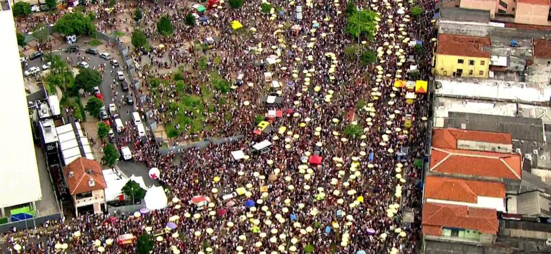 A prefeitura aumentou a quantidade de vendedores credenciados para trabalharem no Carnaval de rua; cada ponto amarelo na imagem é um ambulante - Reprodução/TV Globo