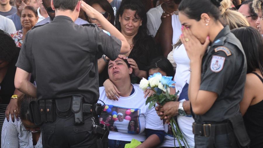25.jul.2017 - 91º PM morto em 2017, o corpo de Hudson Silva de Araujo foi enterrado no Cemitério Jardim da Saudade, em Sulacap, zona oeste do Rio de Janeiro; viúvas de PMs mortos no ano passado ainda não conseguem acesso à pensão por morte - Sandro Vox/Estadão Conteúdo