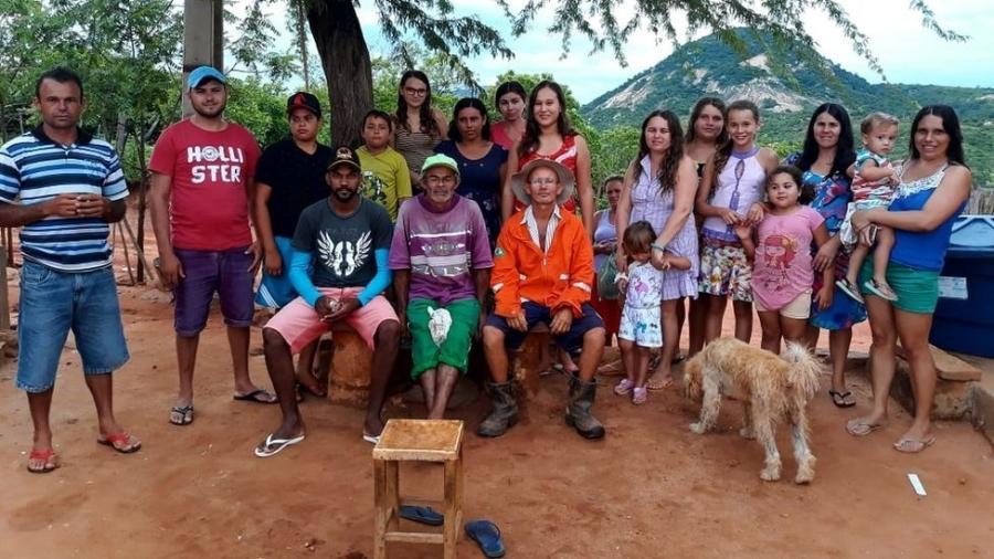 O grupo Humorista da Serraria junto com a comunidade rural onde vivem; ao centro, Valdo (o Seu Mané) de laranja, e Arnaldo (de roxo e boné verde) - Divulgação/Humorista da Serraria Ofc