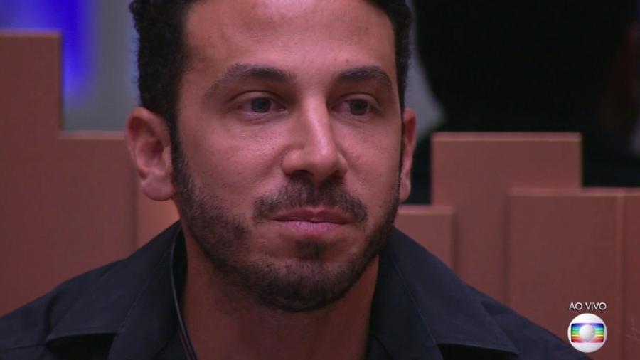 """Gustavo escuta Tiago Leifert falar sobre o resultado do segundo paredão do """"BBB19"""" - Reprodução/TvGlobo"""